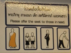 Кому уступать место в бангкокском метро.