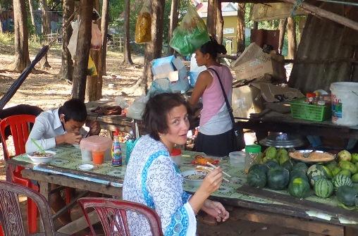 Обед в камбоджийской кафешке для своих!