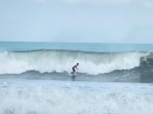 Серферы на больших волнах!