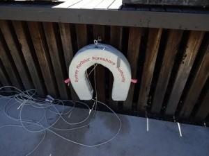 Вместо спасательного круга - спасательная подкова. Ассоциация то, что она железная и посыл типа «Тоните на счастье!»
