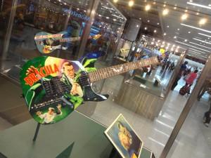 Гитара с выставки в аэропорту Сан-Франциско!